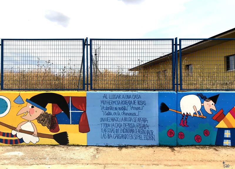 mural azulpatio izas dibujando la palabra ceip gloria fuertes detalle 4