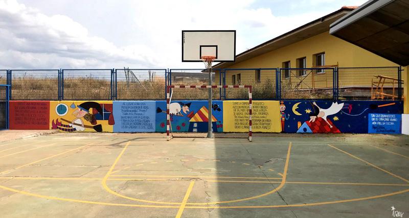 mural azulpatio izas dibujando la palabra ceip gloria fuertes frente
