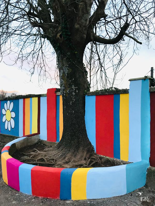 mural izas azulpatio ceip gerardo diego árbol