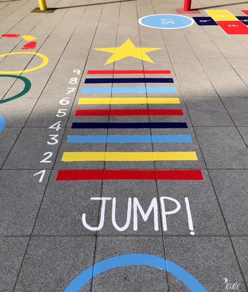 mural izas azulpatio ceip soledad sainz juegos jump