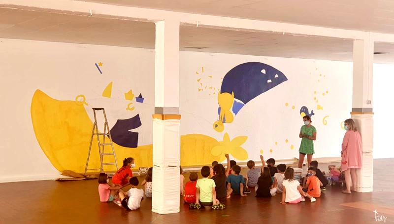 mural izas azulpatio dibujando la palabra ágreda proceso 1
