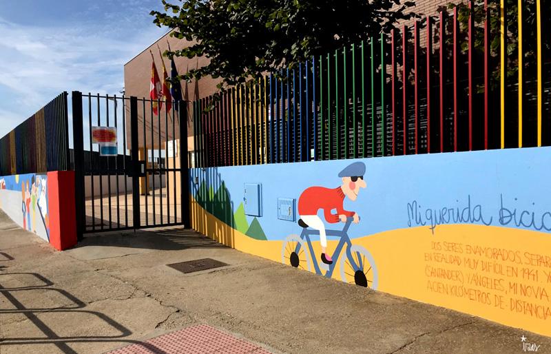 mural izas azulpatio dibujando la palabra ceip delibes dcha 3
