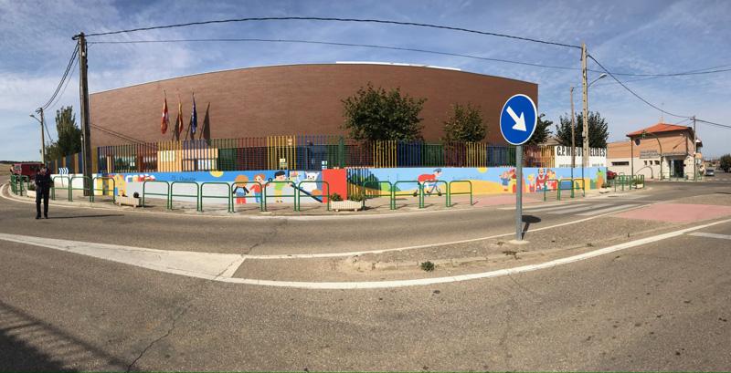 mural izas azulpatio dibujando la palabra ceip delibes pano 2