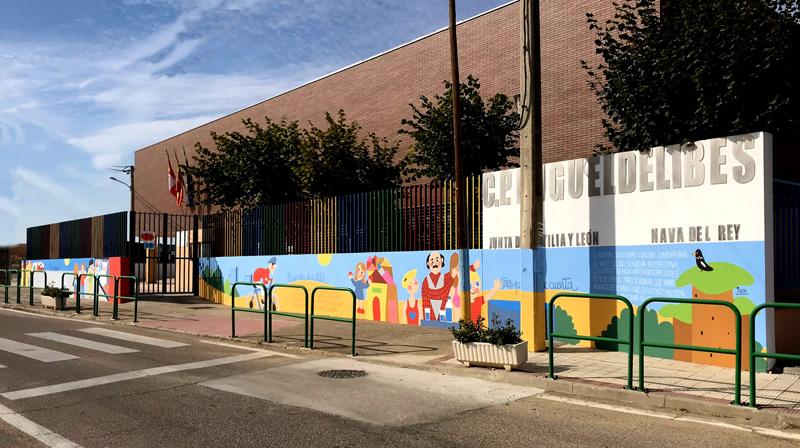 mural izas azulpatio dibujando la palabra ceip delibes pano 3