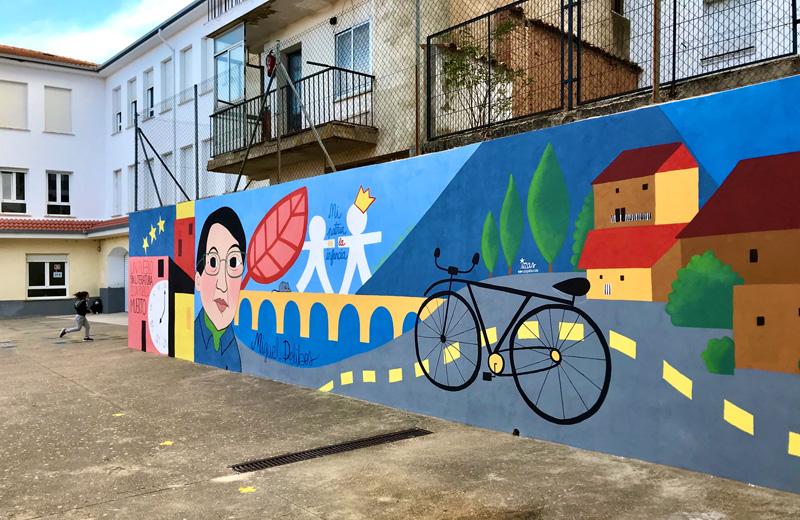mural izas azulpatio dibujando la palabra ceip diego lainez dcha