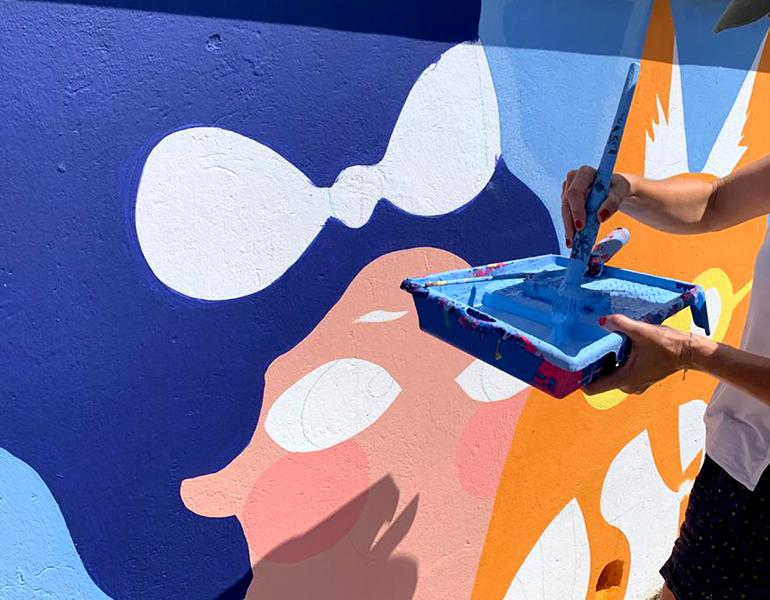 mural izas azulpatio dibujando la palabra ceip órbigo proceso 2