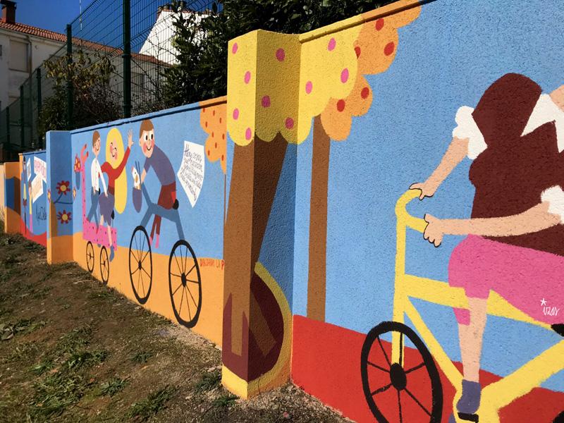 mural izas azulpatio dibujando la palabra cistierna dcha 2