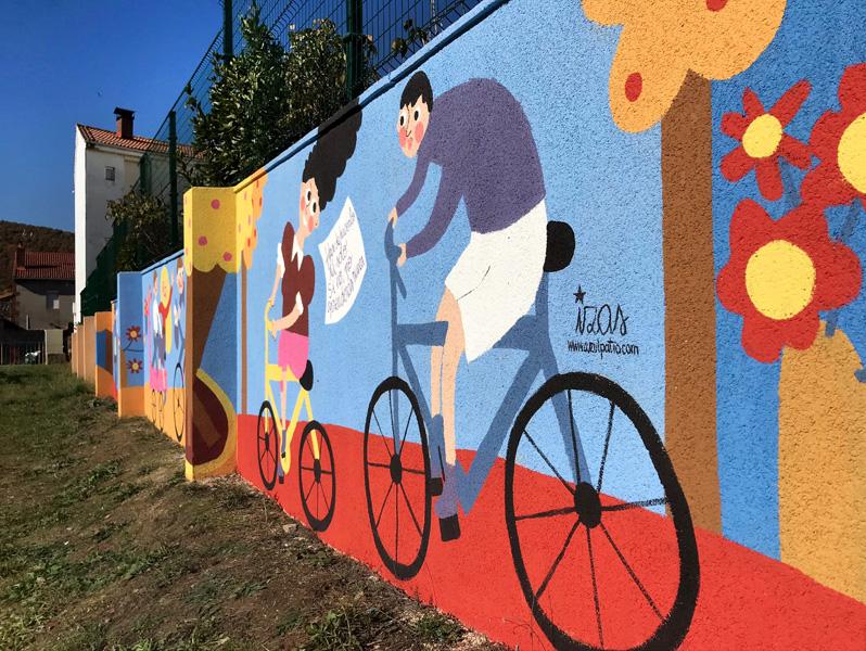 mural izas azulpatio dibujando la palabra cistierna dcha 4