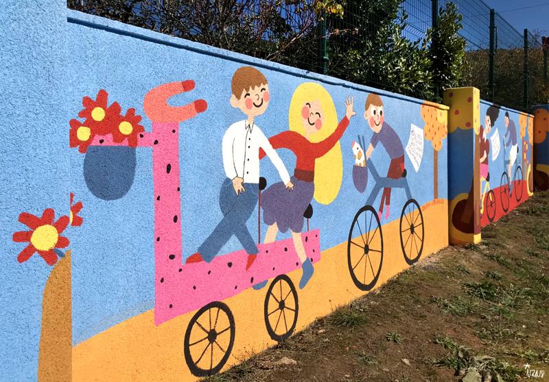 mural izas azulpatio dibujando la palabra cistierna izq 2