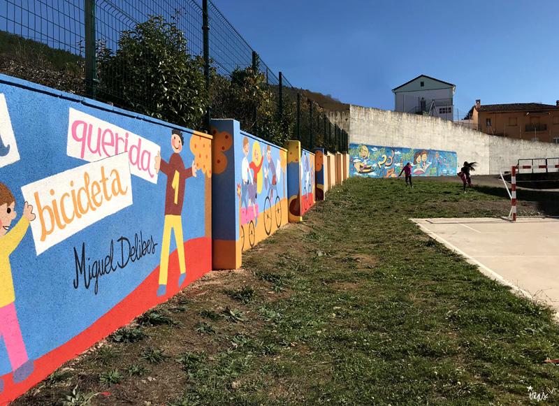 mural izas azulpatio dibujando la palabra cistierna niños