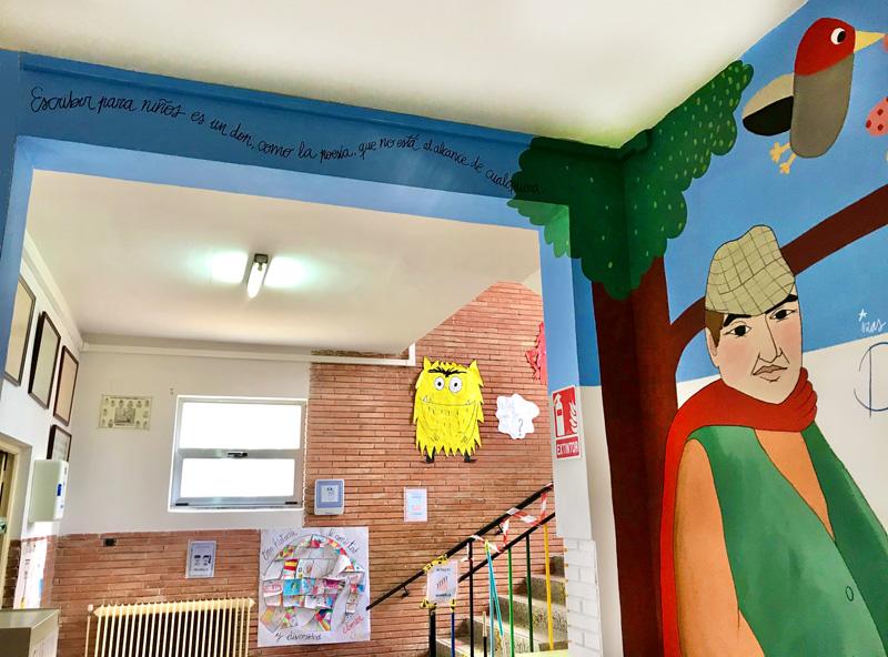 mural izas azulpatio dibujando la palabra fromista detalle 2