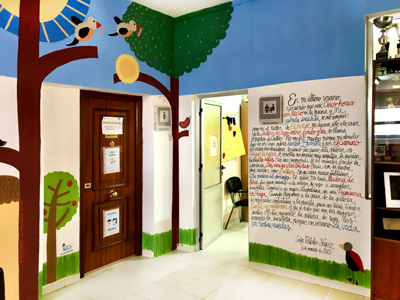 mural izas azulpatio dibujando la palabra fromista izq