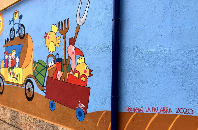 mural izas azulpatio dibujando la palabra madrigal dibujando
