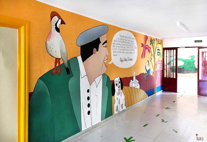 mural izas azulpatio dibujando la palabra madrigal izquierda