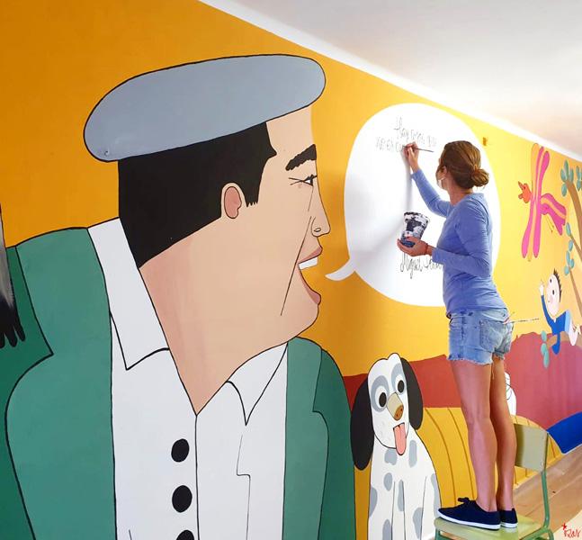 mural izas azulpatio dibujando la palabra madrigal proceso 2