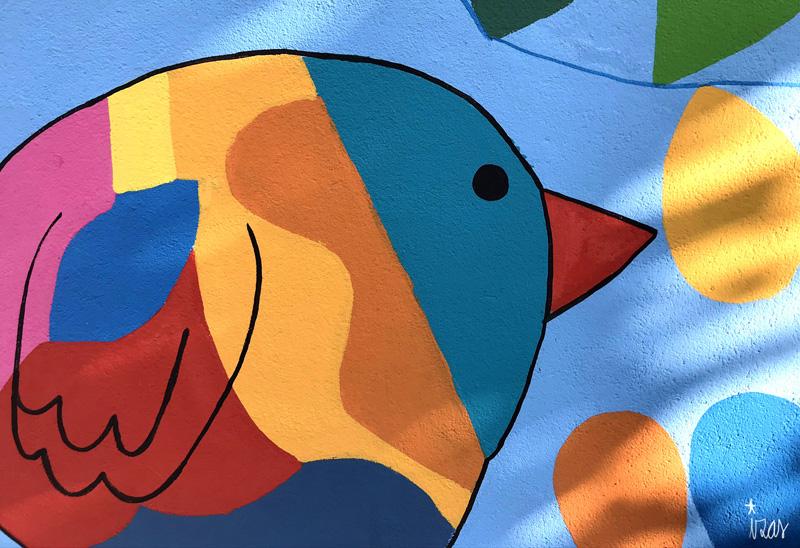 mural izas azulpatio dibujando la palabra moraleja detalle 3