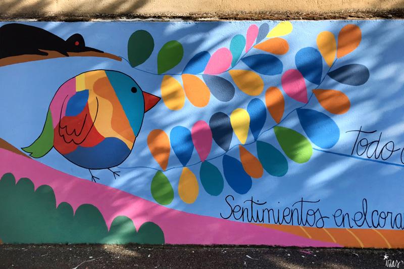 mural izas azulpatio dibujando la palabra moraleja detalle 4