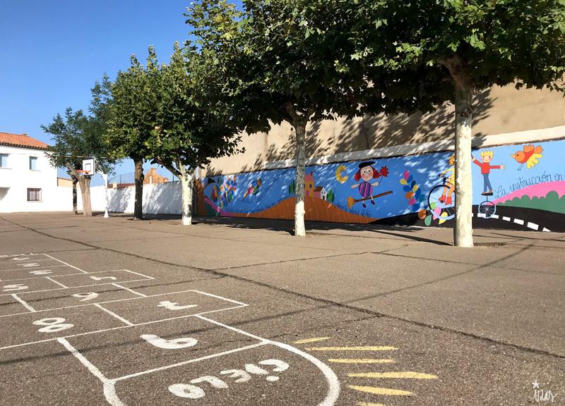 mural izas azulpatio dibujando la palabra moraleja pano 1