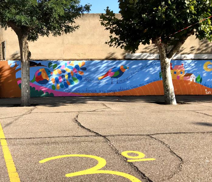 mural izas azulpatio dibujando la palabra moraleja pano 2