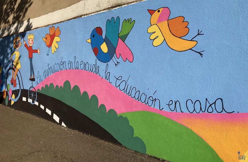 mural izas azulpatio dibujando la palabra moraleja pano 3