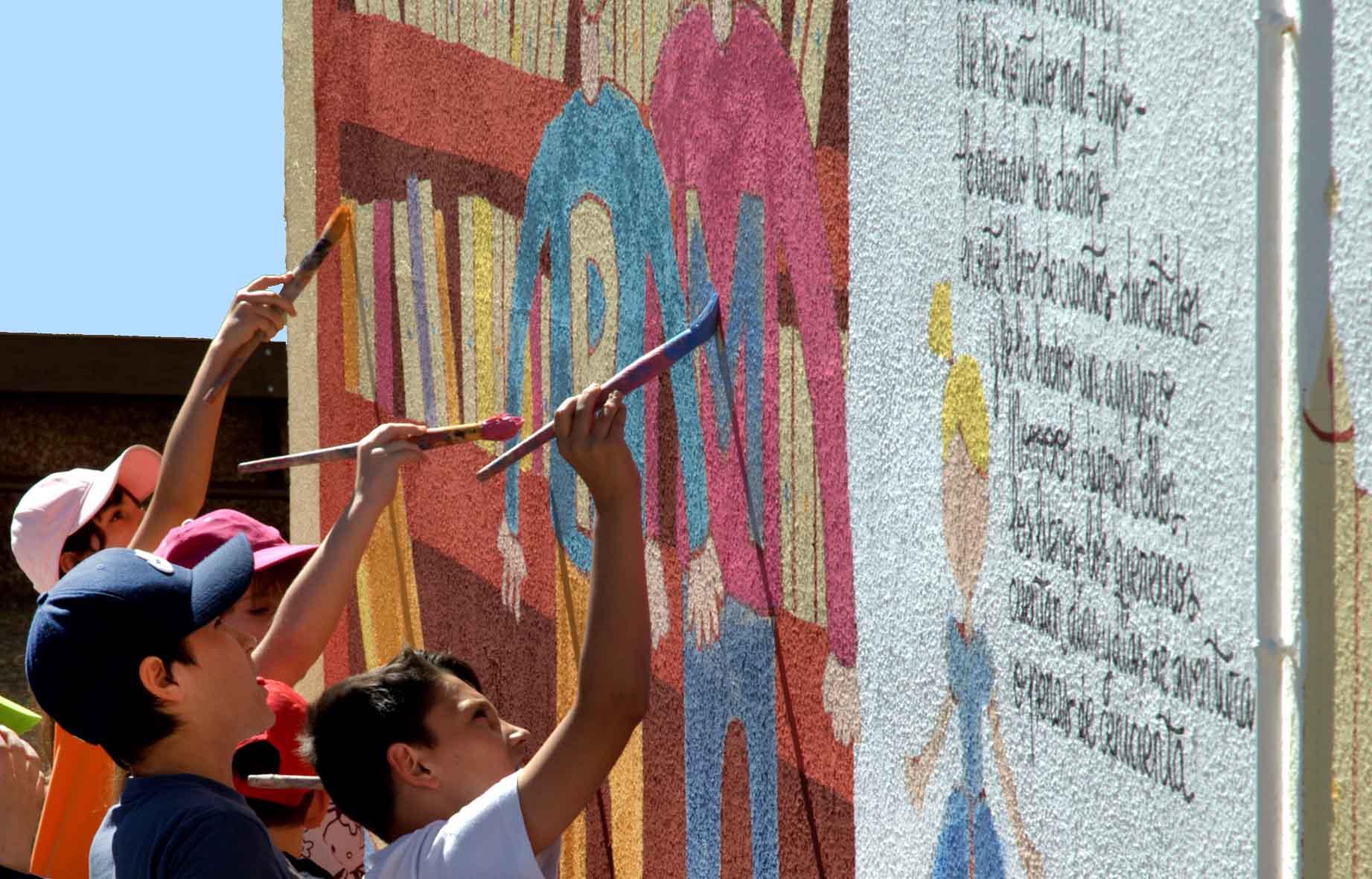 mural izas dibujando la palabra león 2