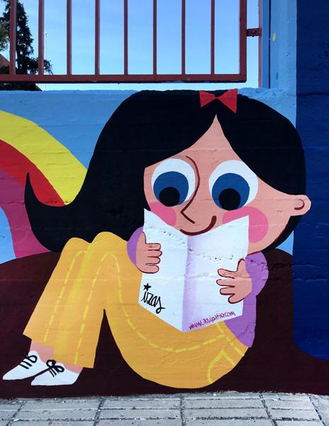 mural izas azulpatio lorca alcorcón entrada niña det