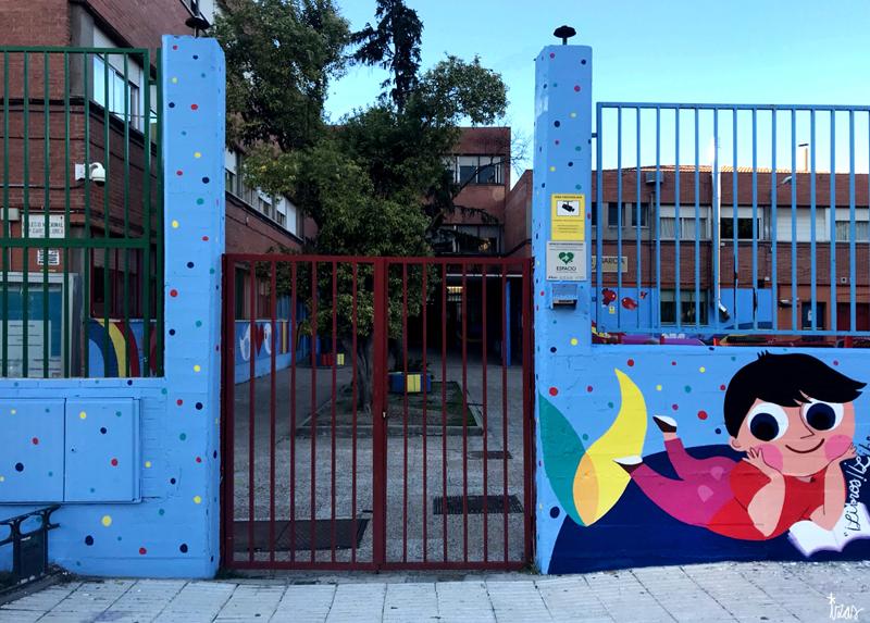 mural izas azulpatio lorca alcorcón entrada puerta