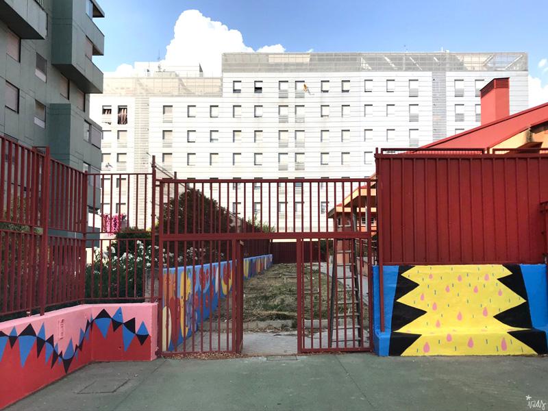 mural izas azulpatio ceip eduardo rojo patio entrada huerto