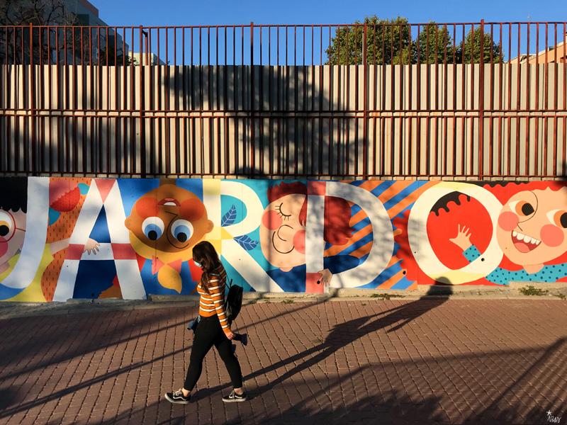 mural izas azulpatio ceip eduardo rojo fachada frente 2