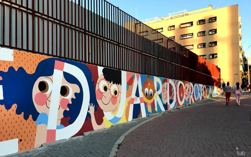 mural izas azulpatio ceip eduardo rojo fachada pano izq 1