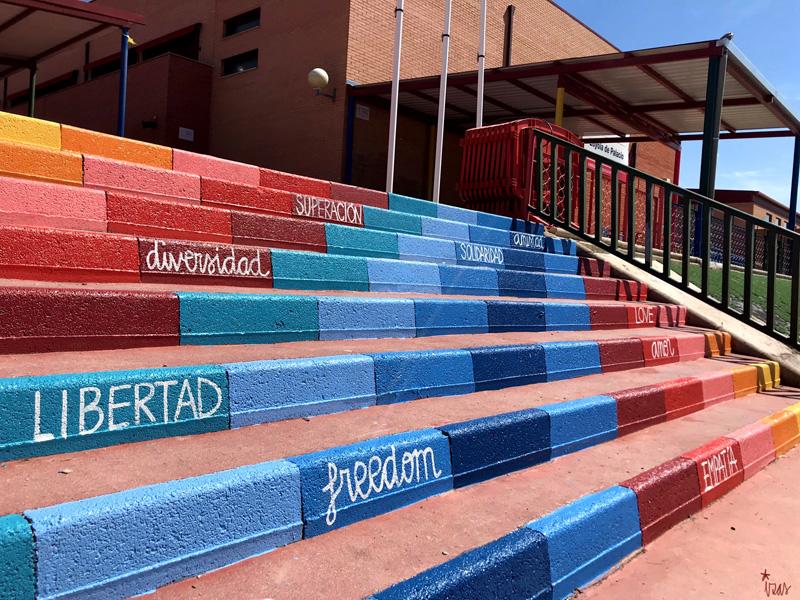 mural izas azulpatio ceip loyola de palacio escaleras detalle 1