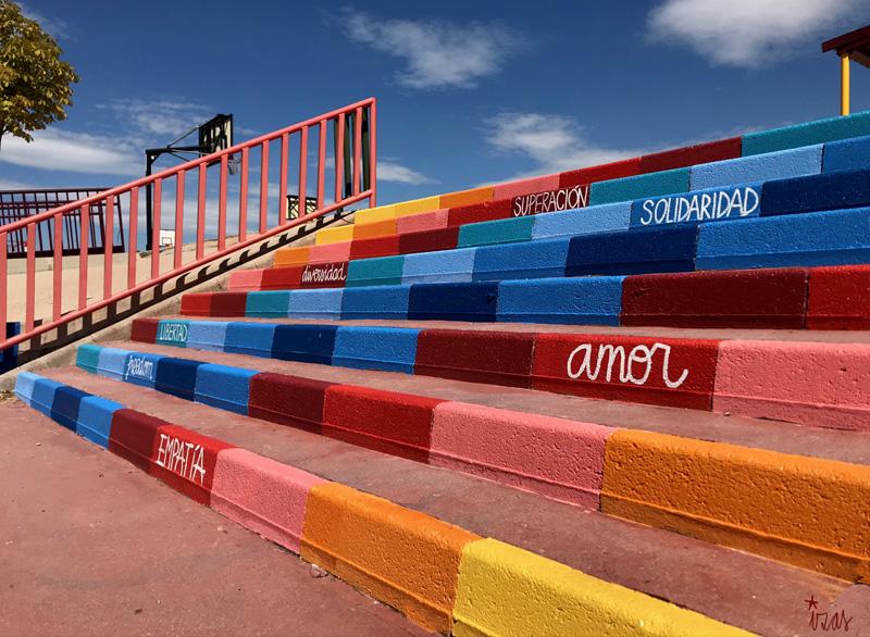 mural izas azulpatio ceip loyola de palacio escaleras detalle 2