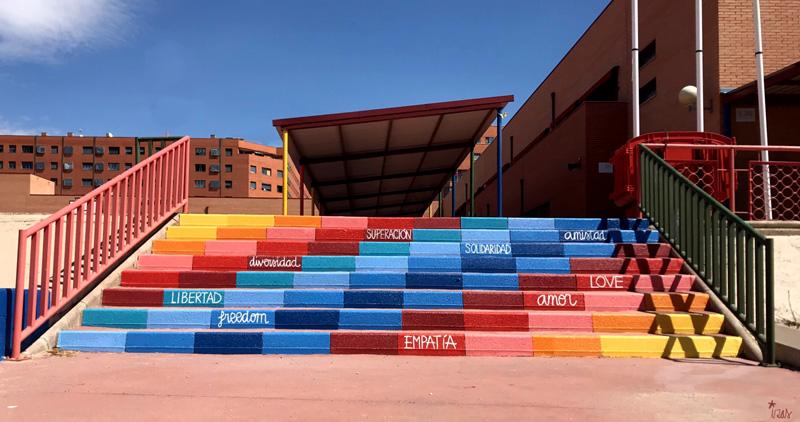 mural izas azulpatio ceip loyola de palacio escaleras frente