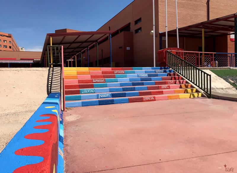 mural izas azulpatio ceip loyola de palacio escaleras lat izq