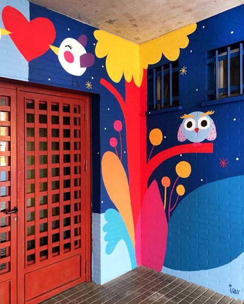 mural izas azulpatio ceip mesonero romanos puerta 1