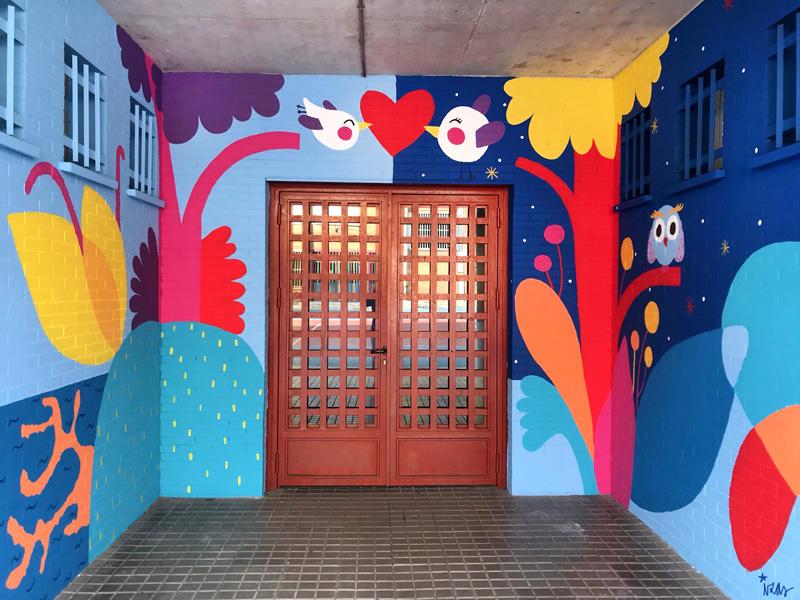 mural izas azulpatio ceip mesonero romanos puerta 2