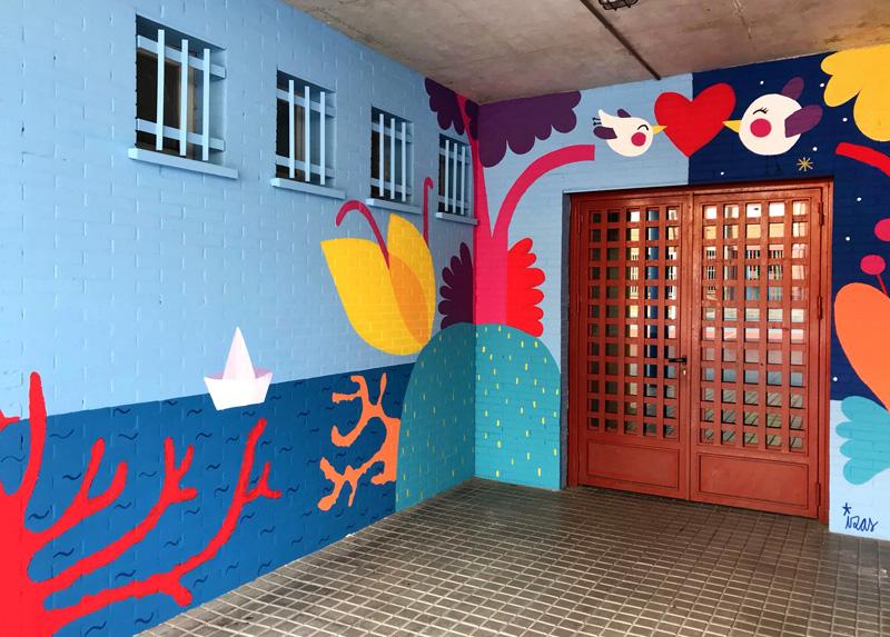 mural izas azulpatio ceip mesonero romanos puerta 3