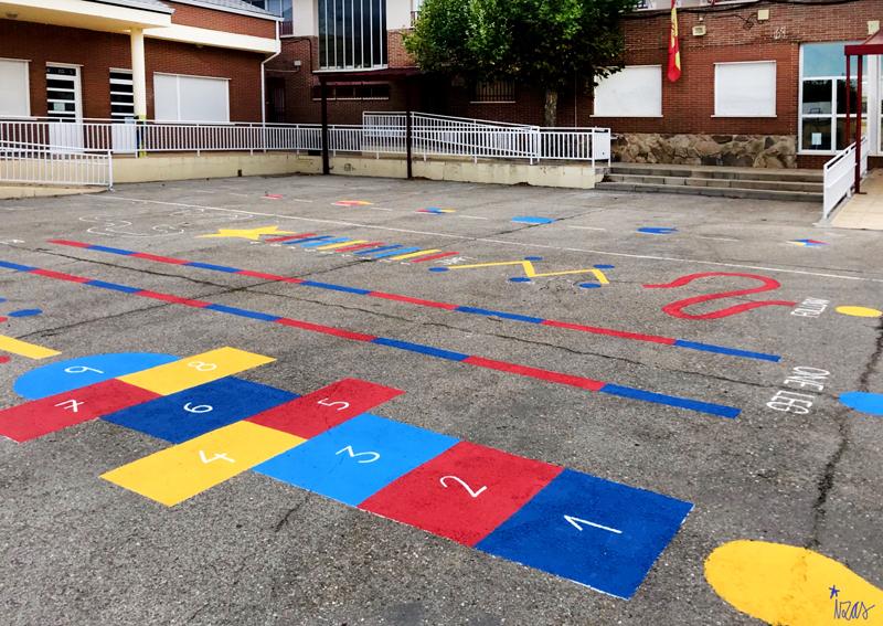 mural izas azulpatio ceip virgen de la paz juegos circuito 3