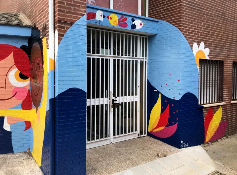 mural izas azulpatio ceip virgen de la paz puerta 1