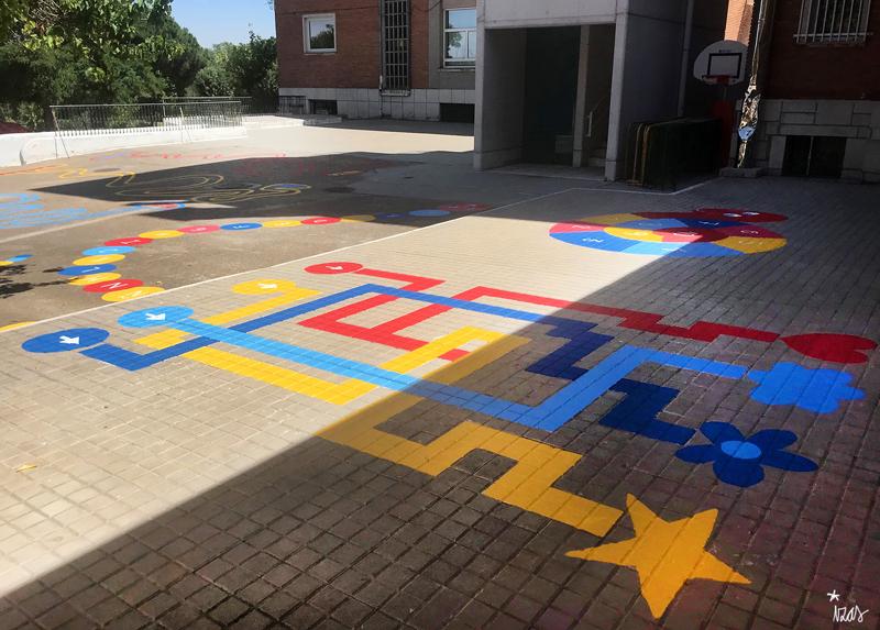 mural izas azulpatio colegio ave maría laberinto 1