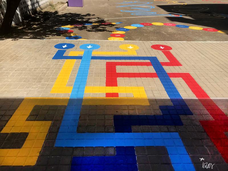 mural izas azulpatio colegio ave maría laberinto 2