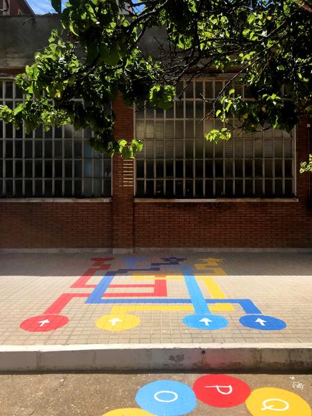 mural izas azulpatio colegio ave maría laberinto 3